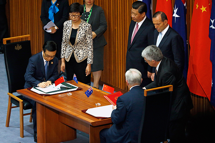 China`s President Xi Jinping (C) watches the signing ceremony with Australian Prime Minister Tony Abbott for a free trade deal at Parliament House in Canberra November 17, 2014. (Reuters / David Gray)