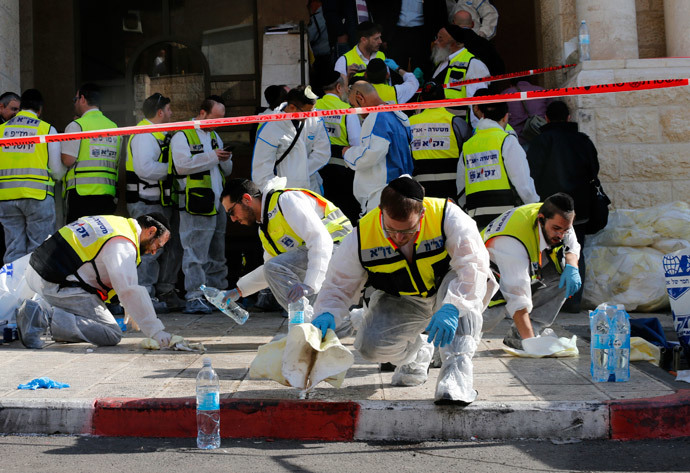 Members of the Israeli Zaka emergency response team clean blood from the scene of an attack at a Jerusalem synagogue November 18, 2014.(Reuters / Ammar Awad)