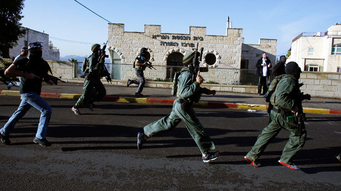 Israeli security personnel run next to a synagogue, where a suspected Palestinian attack took place, in Jerusalem, November 18, 2014.(Reuters / Ronen Zvulun)