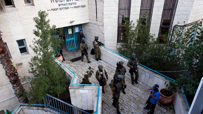 Israeli security personnel search a religious Jewish Yeshiva next to a synagogue, where a suspected Palestinian attack took place, in Jerusalem, November 18, 2014.(Reuters / Ronen Zvulun)