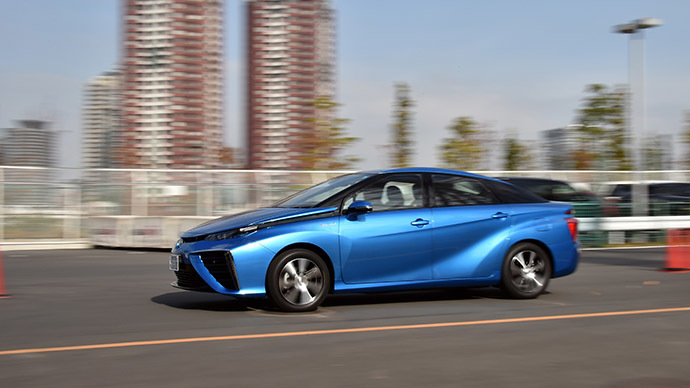 "This picture taken on November 17, 2014 shows Japanese auto giant Toyota Motor's fuel cell vehicle ""Mirai"", meaning future, cruising in Tokyo. (AFP Photo/Yoshikazu Tsuno)"