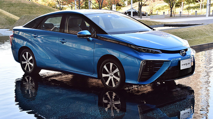 "Japanese auto giant Toyota Motor's fuel cell vehicle ""Mirai"", meaning future, is displayed in Tokyo on November 18, 2014. (AFP Photo/Yoshikazu Tsuno)"
