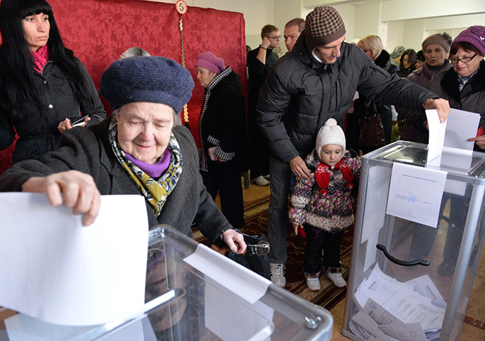 Donetsk residents cast their votes at Polling Station No. 137 during the elections for the head and the People's Council of the Donetsk People's Republic. (RIA Novosti/Alexey Kudenko)