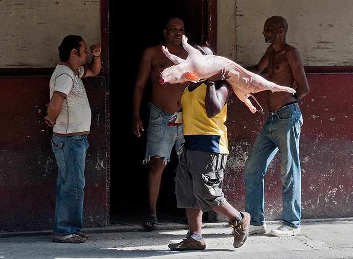 A man carries a pork in Havana (AFP Photo / Yamil Lage)