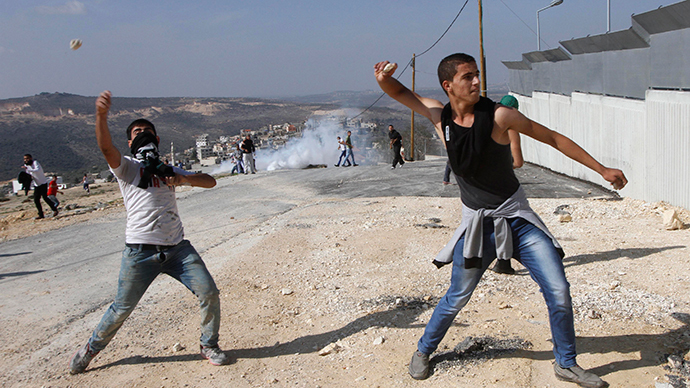 Israeli soldiers protect settlers attacking Palestinian villagers (VIDEO)