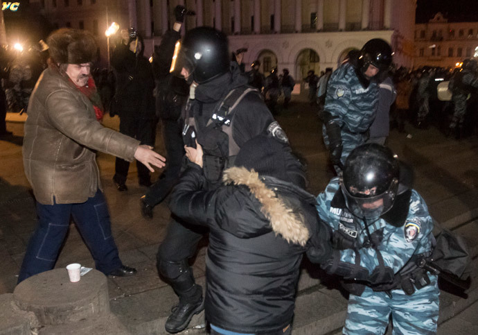 Riot police disperse people supporting EU integration in Independence Square in central Kiev, November 30, 2013. (Reuters / Inna Sokolovska)