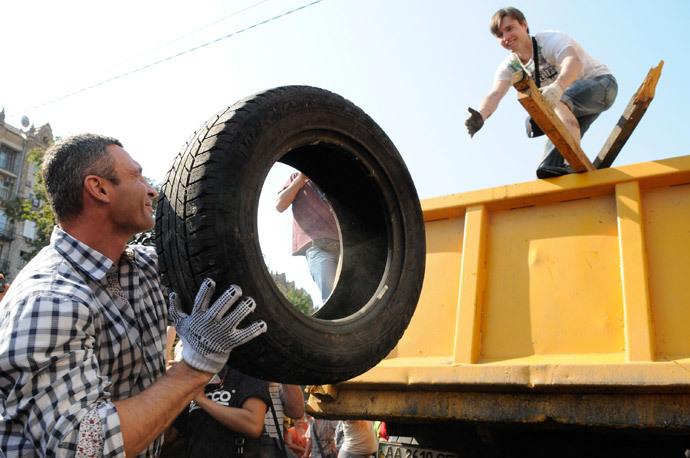 Kiev mayor Vitaly Klitschko takes part in clearing barricades on Independence Square (Maidan). (RIA Novosti / Alexandr Maksimenko)