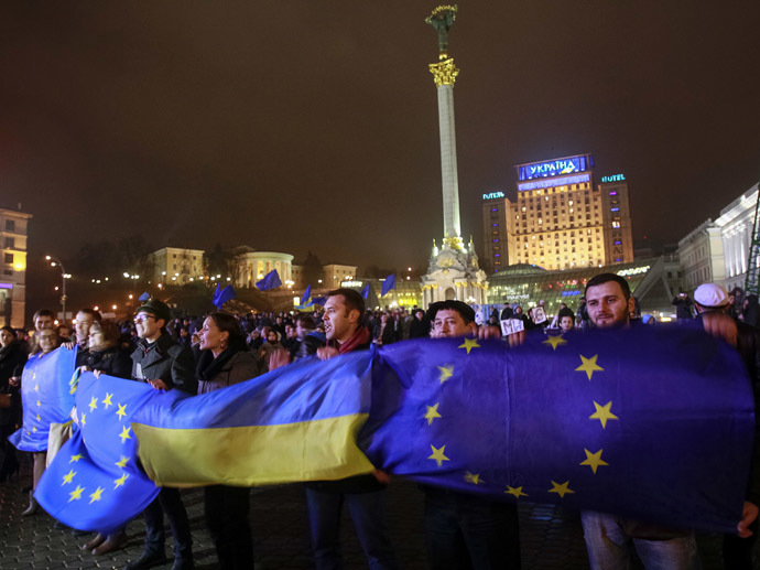 Protesters hold Ukrainian and European Union flags during a rally to support euro integration in central Kiev November 21, 2013. (Reuters/Gleb Garanich)