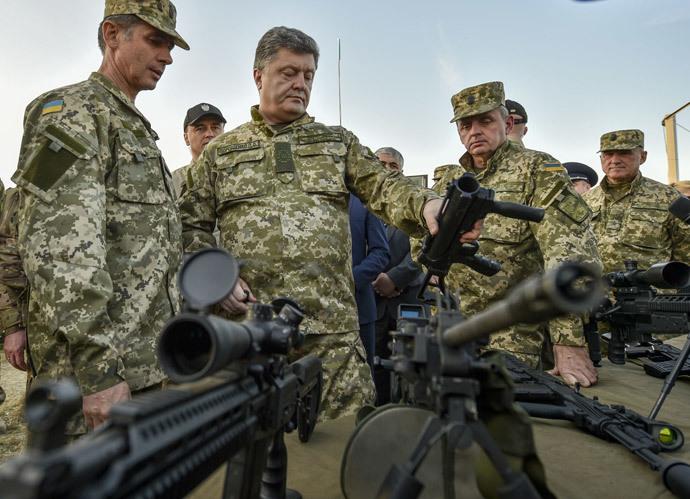 Ukrainian President Petro Poroshenko, foreground center, examines weapons while visiting a training field in the Zhytomyr Region. (RIA Novosti / Nikolay Lazarenko)