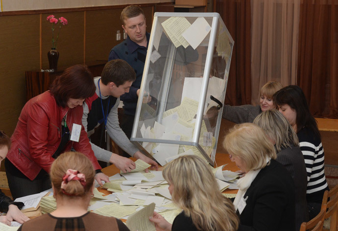 Staff at a polling station in Simferopol count ballots after the referendum on Crimea's status. (RIA Novosti / Mikhail Voskresenskiy)