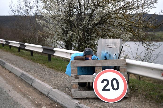 A man at a checkpoint on the motorway between Sevastopol and the village of Orlinoye on 16 March, 2014. (RIA Novosti / Valeriy Melnikov)