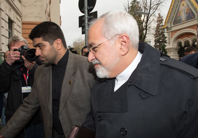 The Iranian Foreign Minister Mohammad Javad Zarif (R) arrives for lunch with the former Vice President of the European Commission at the Iranian Embassy during the 5+1 talks (the five permanent members of the UN Security Council China, US, France, Britain and Russia plus Germany) with Iran in Vienna on November 18, 2014. (AFP Photo)