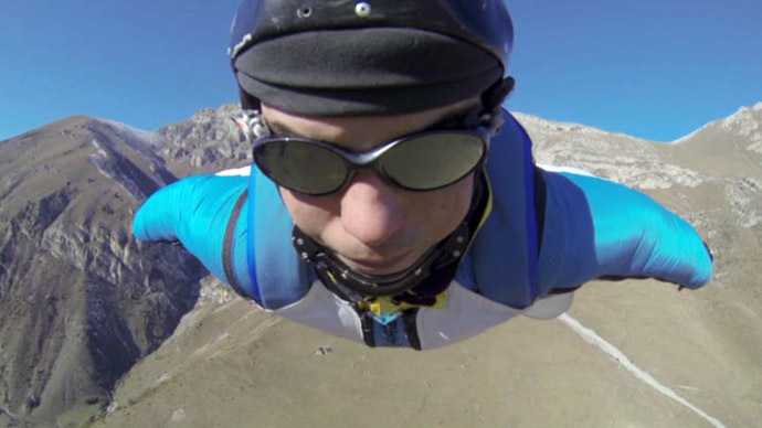 The quick way down: Russian basejumper flies off a 3,200m peak (VIDEO)