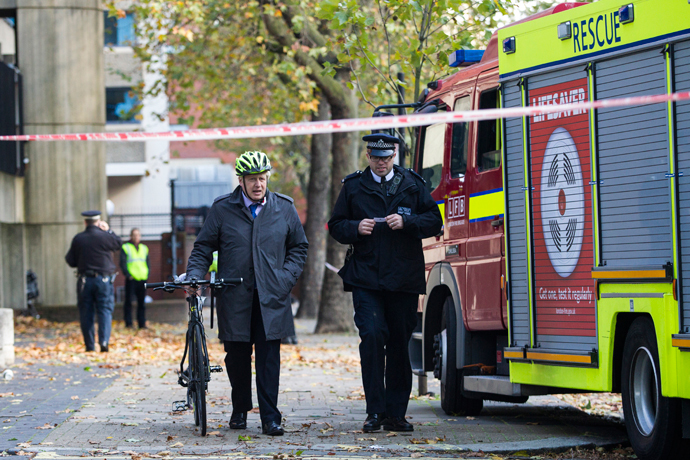 Mayor of London Boris Johnson (L) attends the scene of fatality, caused by a tree falling outside Knightsbridge Barracks during high winds in west London on October 21, 2014. (AFP Photo / Jack Taylor)