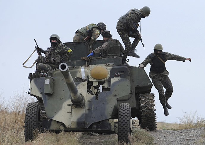 Ukrainian army soldiers with an artillery field gun maneuver on the coastline near the eastern Ukrainian city of Mariupol on October 21, 2014. (AFP Photo/Alexander Khudoteply)