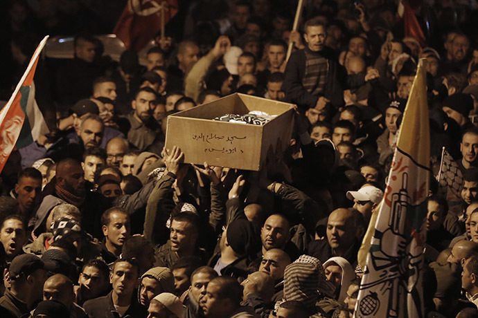 Palestinian mourners attend the funeral of bus driver Yusuf Hasan al-Ramuni in the West Bank town of Abu Dis from Jerusalem on November 17, 2014. (Ahmad Gharabli)