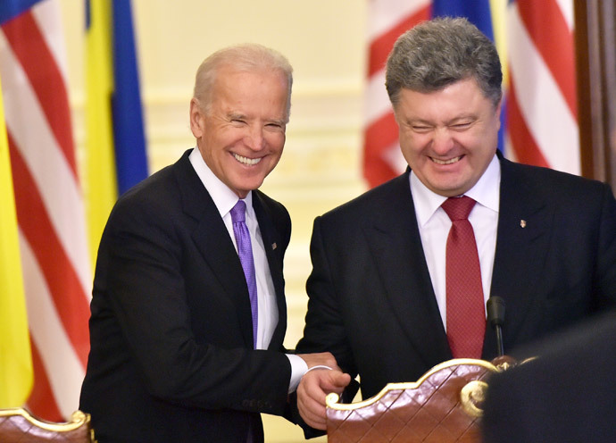 O presidente ucraniano Petro Poroshenko (R) e US vice-presidente Joe Biden sorrir anteriores suas declarações para os resultados de suas palestras sobre 21 de novembro de 2014 em Kiev. (AFP Photo / Sergei Supinsky