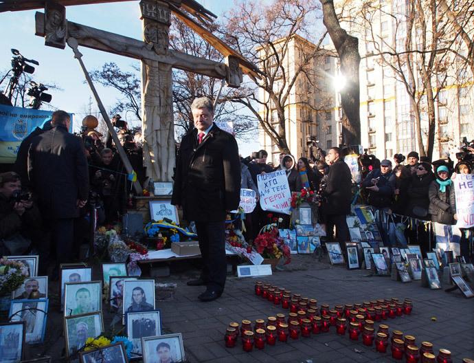 Presidente Petro Poroshenko (centro) durante a cerimônia de colocar flores para os Celestes Cem Heróis Cruz no aniversário do início dos protestos Maidan. (RIA Novosti)