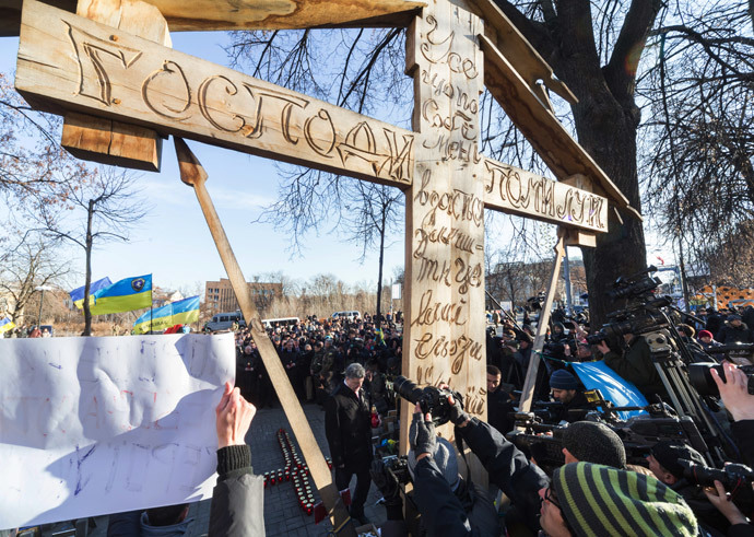 President Petro Poroshenko (center) during the ceremony of laying flowers to the Celestial Hundred Heroes Cross on the anniversary of the beginning of Maidan protests. (RIA Novosti / Mikhail Markiv)