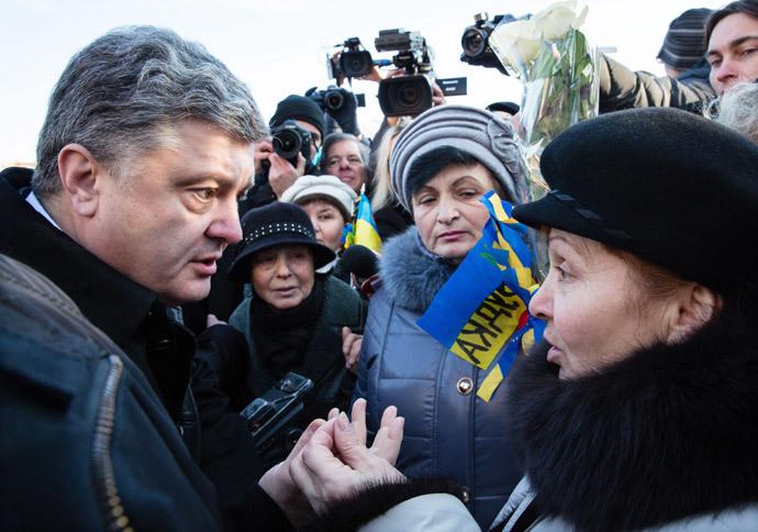 O presidente ucraniano Petro Poroshenko fala com os moradores de Kiev, após a cerimônia de colocar flores para os Celestes Cem Heróis da Cruz sobre o aniversário do início dos protestos Maidan. (RIA Novosti / Michail Polinchak)