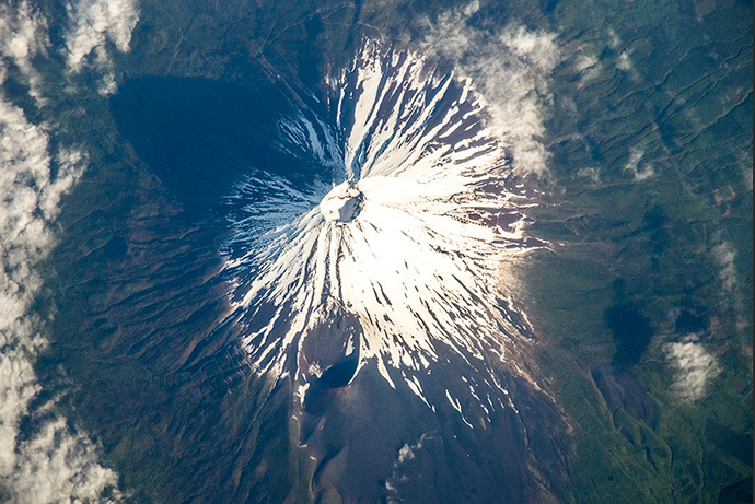 Japan's mount Fuji pictured from space. (Image from artemjew.ru)