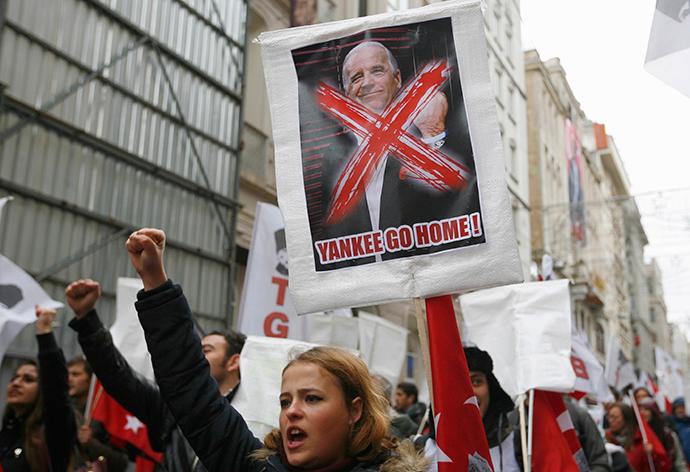 Αριστερή πτέρυγα διαδηλωτές φωνάζουν αντι-ΗΠΑ σύνθημα κατά τη διάρκεια μιας διαμαρτυρίας ενάντια στην επίσκεψη του Αντιπροέδρου των ΗΠΑ Τζο Μπάιντεν, στο κέντρο της Κωνσταντινούπολης 22 Νοέμ του 2014 (Reuters / Can Erok)