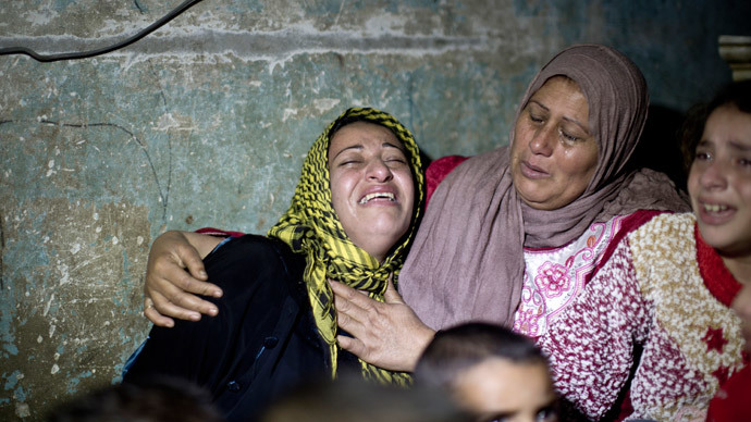 The wife (C-L) of Fadel Mohammed Halawa, 32, who was shot dead by Israeli forces near the border in northern Gaza, mourns during his funeral in Gaza City on November 23, 2014.(AFP Photo / Mahmud Hams)