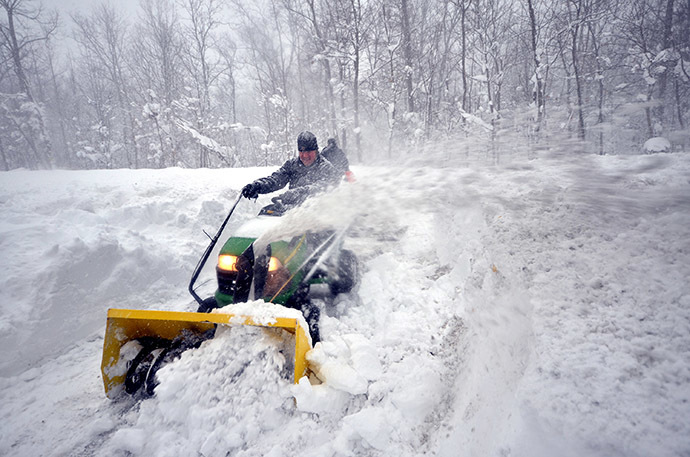 Greg Waters (L) tries to remove some of the five feet of snow from a driveway on November 20, 2014 in the Lakeview neighborhood of Buffalo, New York. (AFP Photo/John Normile)