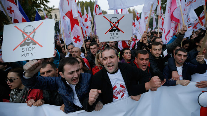 People shout slogans during an opposition rally to protest against Russia's policy towards Georgia and Ukraine in Tbilisi, November 15, 2014.(Reuters / David Mdzinarishvili)
