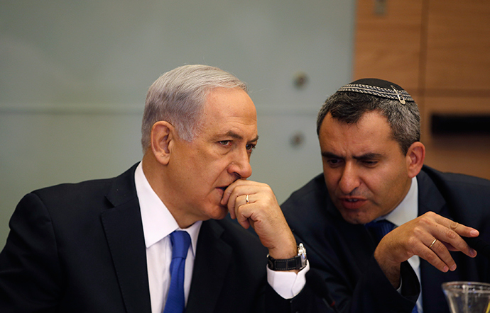 Israel's Prime Minister Benjamin Netanyahu (L) listens to Foreign Affairs and Defence committee chair Zeev Elkin (Reuters / Ronen Zvulun)
