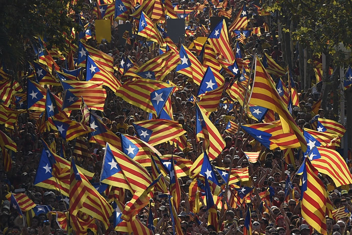 Catalan hold Catalan independentist flags (Estelada) during celebrations of Catalonia National Day (Diada) in Barcelona on September 11, 2014. (AFP Photo)