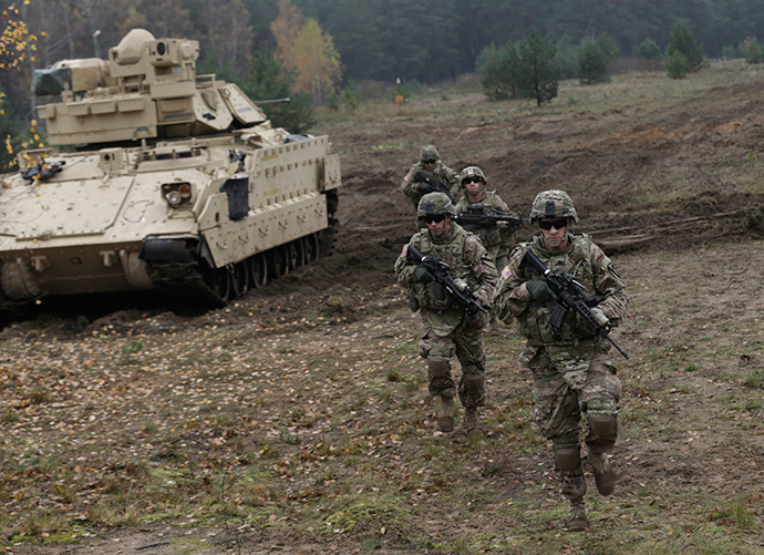 U.S. soldiers deployed in Latvia perform during a drill at Adazi military base October 14, 2014 (Reuters / Ints Kalnins)
