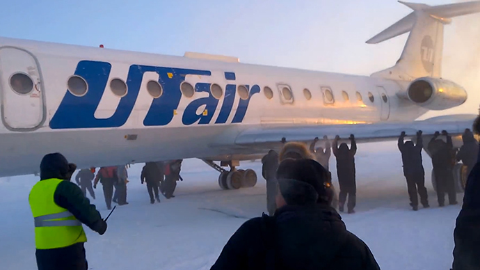 –52C in Siberia: Over 70 passengers 'push' frozen plane to runway (VIDEO)