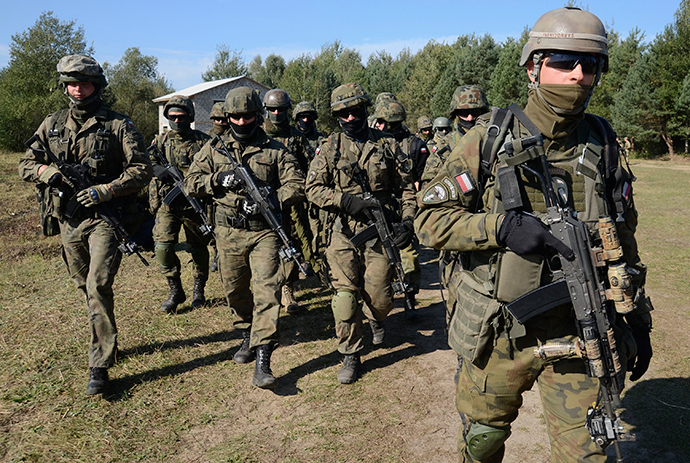Polish servicemen take part in military exercises outside the town of Yavoriv near Lviv, September 19, 2014 (Reuters / Roman Baluk)
