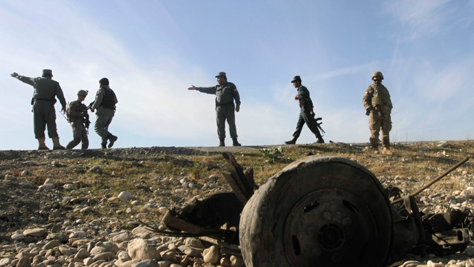 U.S. troops and Afghan policemen inspect the site of a suicide attack on the outskirts of Jalalabad, November 13, 2014.(Reuters / Parwiz)