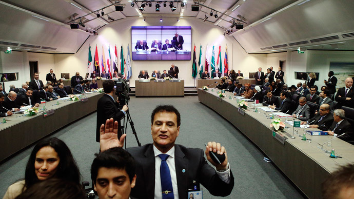 Security staff pushes journalists back as a meeting of OPEC oil ministers is due to begin at OPEC's headquarters in Vienna November 27, 2014.(Reuters / Heinz-Peter Bader)