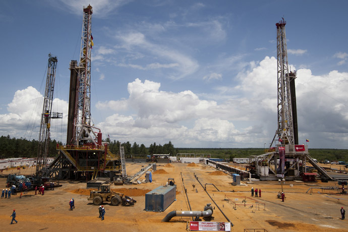 Employees work on drilling rigs at an oil well operated by Venezuela's state oil company PDVSA in Morichal July 28, 2011. (Reuters/Carlos Garcia Rawlins)