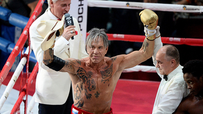Church-blessed Rourke sports gold gloves, KOs 29-yo boxer in Russia (PHOTOS)