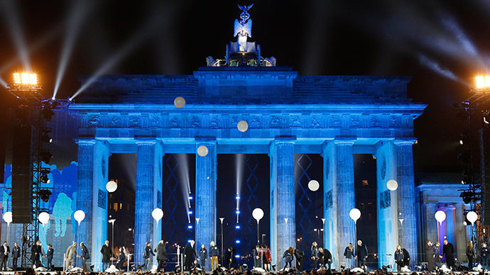 Balloons from the installation 'Lichtgrenze' (Border of Light) are released in front of the Brandenburg Gate in Berlin, November 9, 2014. (Reuters / View)