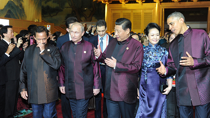 Brunei's Sultan Hassanal Bolkiah (L-R), Russia's President Vladimir Putin, Chinese President Xi Jinping, his wife Peng Liyuan and U.S. President Barack Obama arrive for a dinner hosted by the Chinese President at the Asia Pacific Economic Cooperation (APEC) summit in Beijing, November 10, 2014 (Reuters / Mikhail Klimentyev)