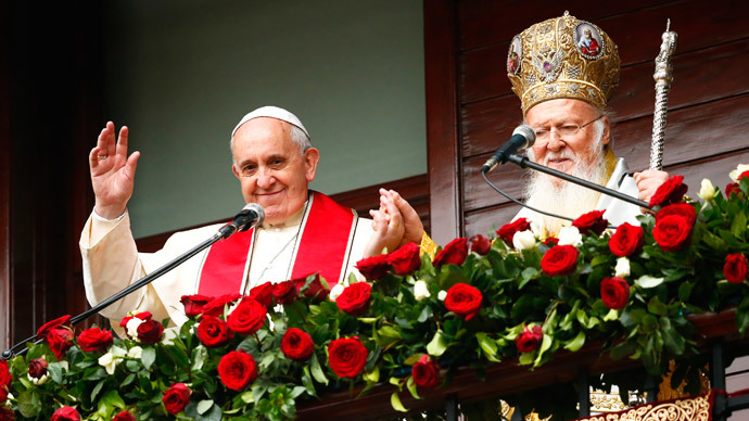 Pope Francis (L) and Ecumenical Patriarch Bartholomew I of Constantinople wave to faithful after the Divine Liturgy at the Ecumenical Patriarchate in Istanbul, November 30, 2014.(Reuters / Tony Gentile)