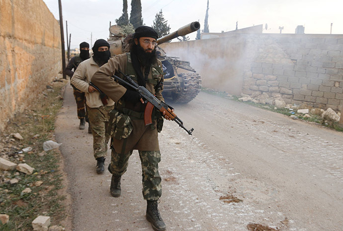 Members of al Qaeda's Nusra Front carry their weapons as they walk near al-Zahra village, north of Aleppo city, November 25, 2014. (Reuters/Hosam Katan)