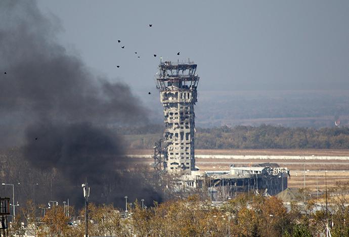 Birds fly near the traffic control tower of the Sergey Prokofiev International Airport, October 9, 2014 (Reuters / Shamil Zhumatov)