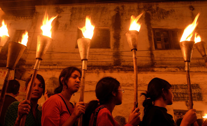 Indian victims of the Bhopal Gas disaster take part in a torch-lit procession to mark the 30th anniversary of the disaster in Bhopal on December 2, 2014. (AFP Photo)