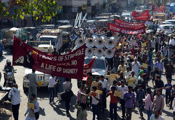 Indian residents and Bhopal Gas disaster victims hold banners during a march to commemorate the 30th anniversary in Bhopal on December 3, 2014. (AFP Photo)