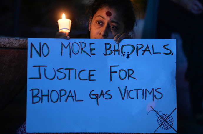 Members of the Bengaluru Solidarity Group in Support of the Bhopal Struggle take part in a candlelight vigil to commemorate the 30th anniversary of the Bhopal Gas disaster in Bangalore on December 2, 2014. (AFP Photo)
