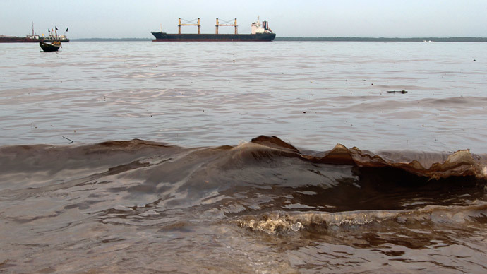 Crude oil washes up near the shore after a Shell pipeline leaked, in the Oloma community in Nigeria's delta region November 27, 2014.(Reuters / Tife Owolabi)