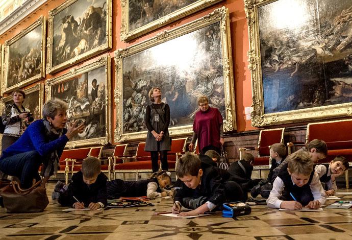 Visitors at the State Hermitage Museum in St.Petersburg. (RIA Novosti/Alexei Danichev)