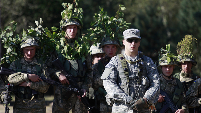 A US serviceman (front), accompanied by Ukrainian soldiers, takes part in military exercises outside the town of Yavoriv near Lviv, September 19, 2014 (Reuters / Roman Baluk)