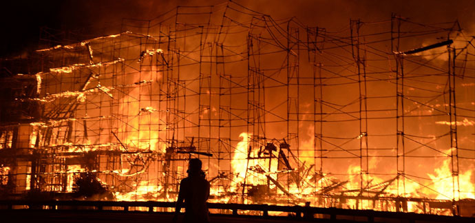 Flames engulf a seven-story downtown apartment complex under construction in Los Angeles, California December 8, 2014. (Reuters / Gene Blevins)